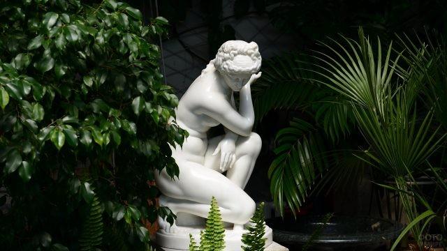 Мраморная скульптура в саду