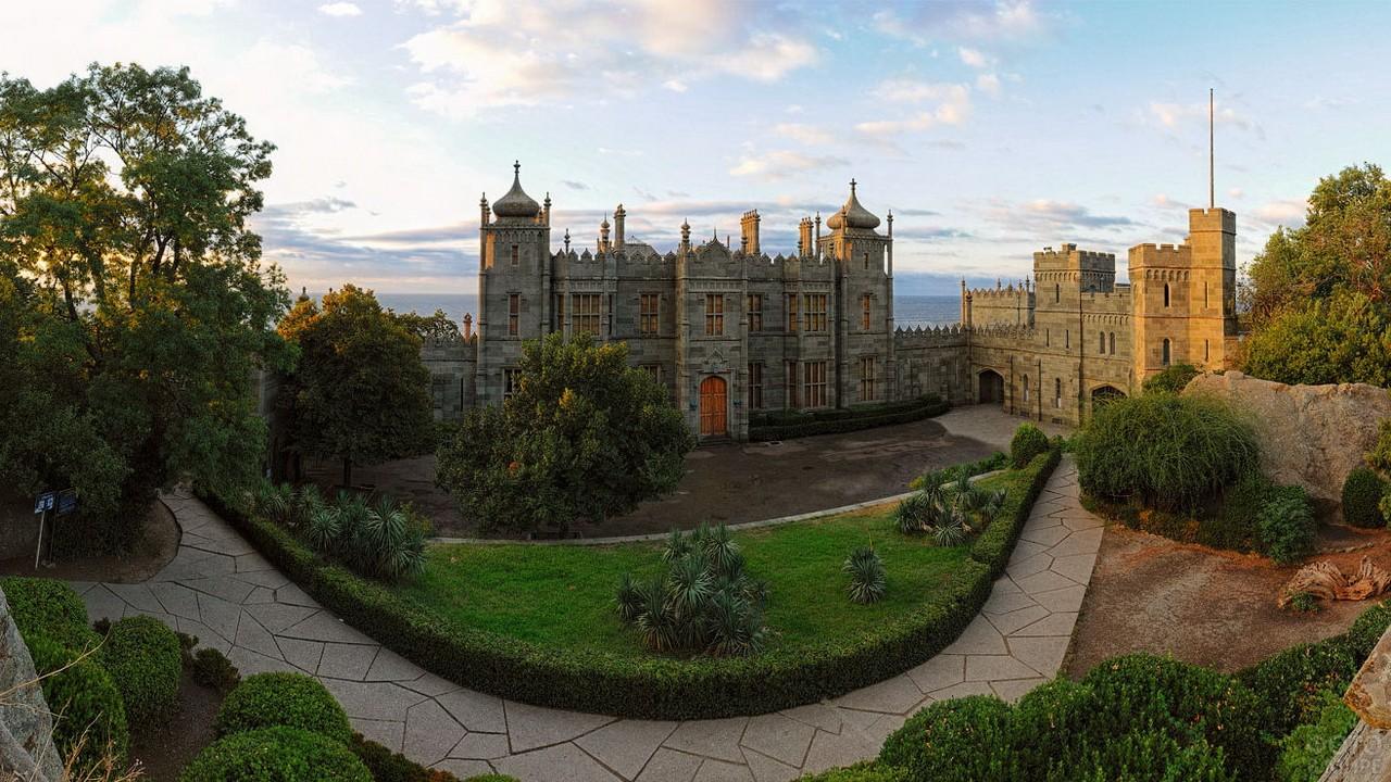 Панорама северного крыла дворца