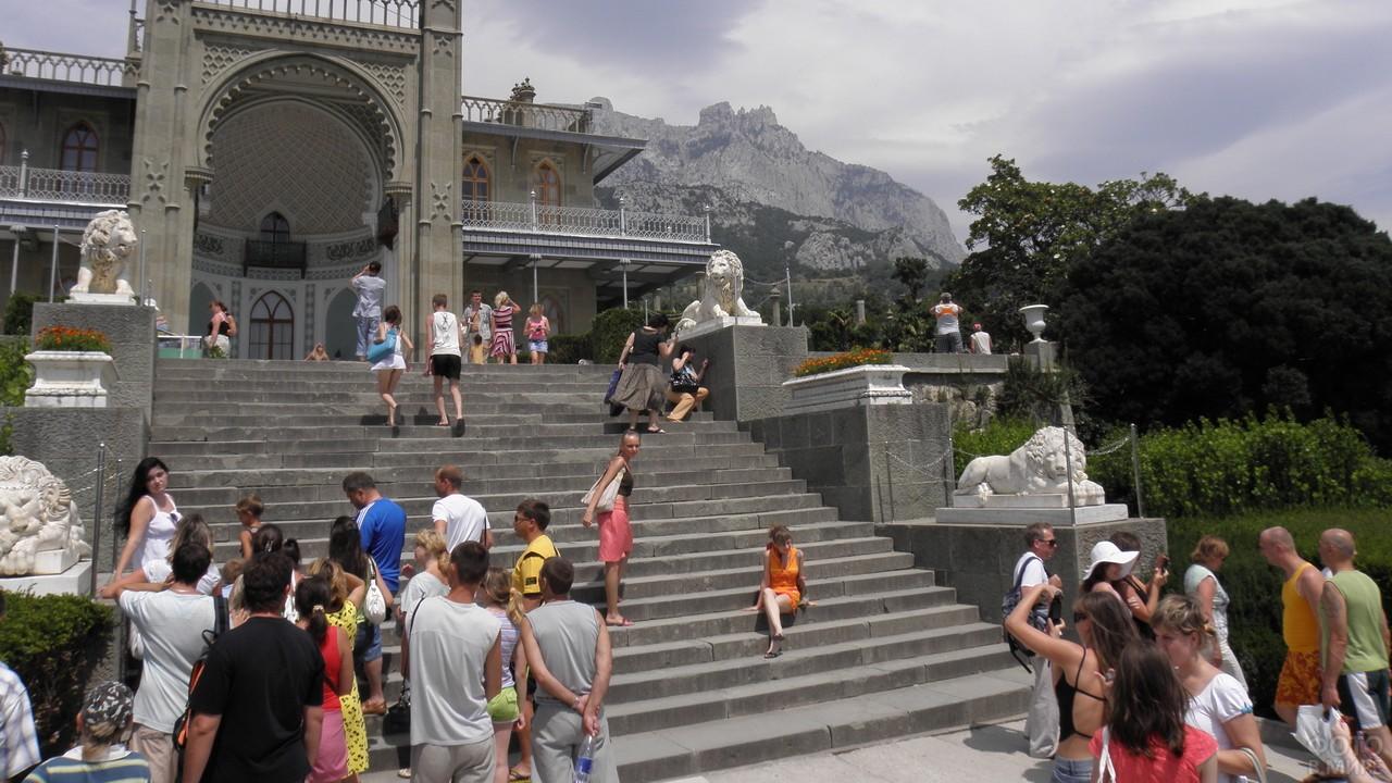 Туристы на входной лестнице