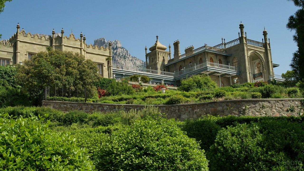 Вид снизу на дворец