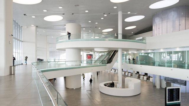 Футуристичный интерьер аэровокзала Курумоч в Самаре