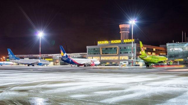 Ночной перрон аэропорта в Казани