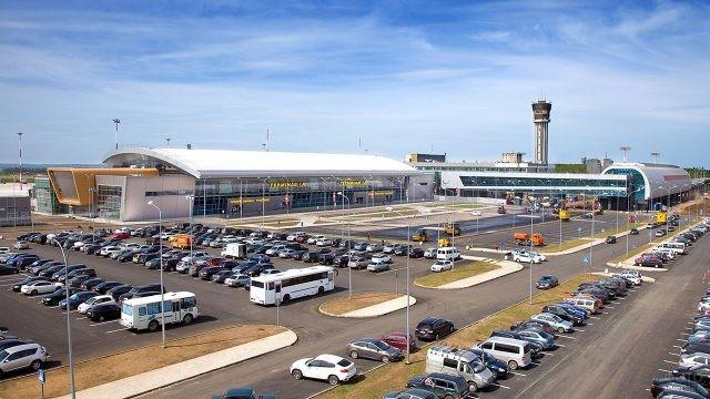 Парковка перед новым международным терминалом в Казани