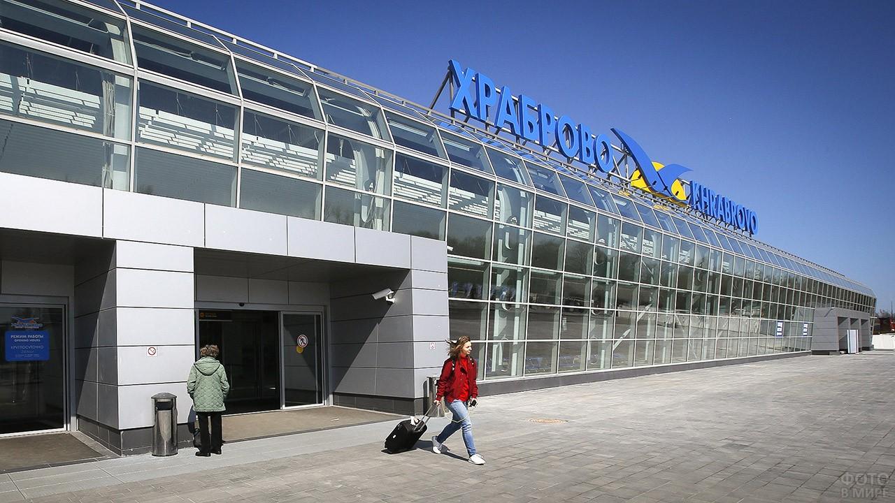 Пассажирка выходит из аэропорта Храброво в Калининграде