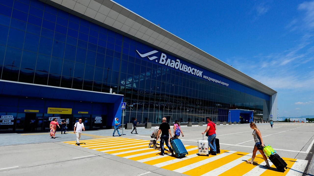 Пассажиры у нового терминала во Владивостоке