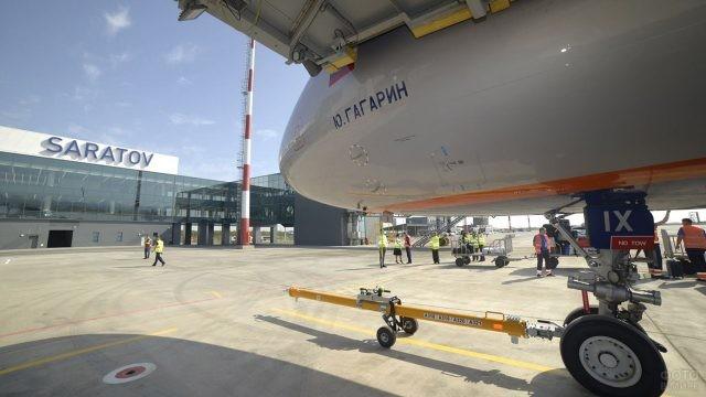Самолет Аэрофлота Airbus A-320 Юрий Гагарин в Саратовском аэропорту Гагарин