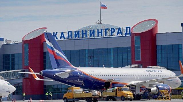 Самолёт Аэрофлота у пассажирского терминала в Калининграде