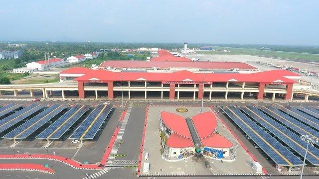 Солнечные батареи на парковке аэропорта Кочин в Индии