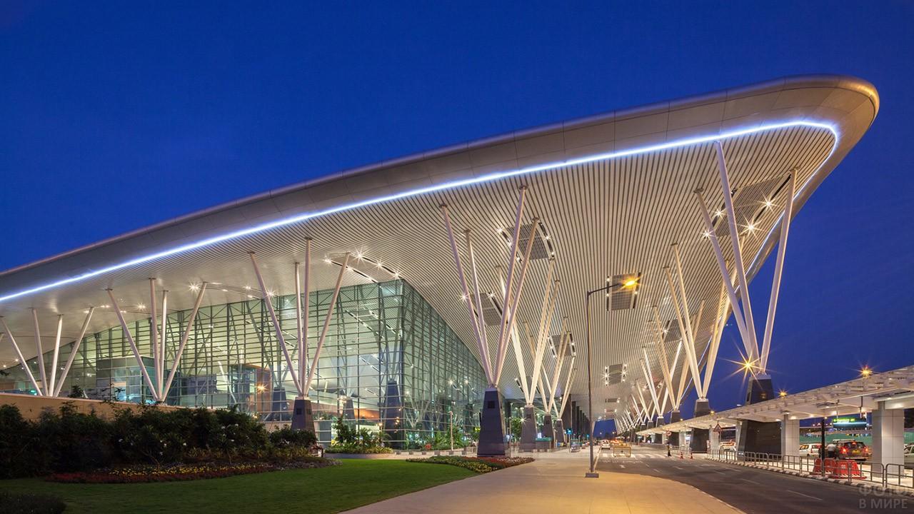 Вечерние огни аэровокзала Бангалор, Индия