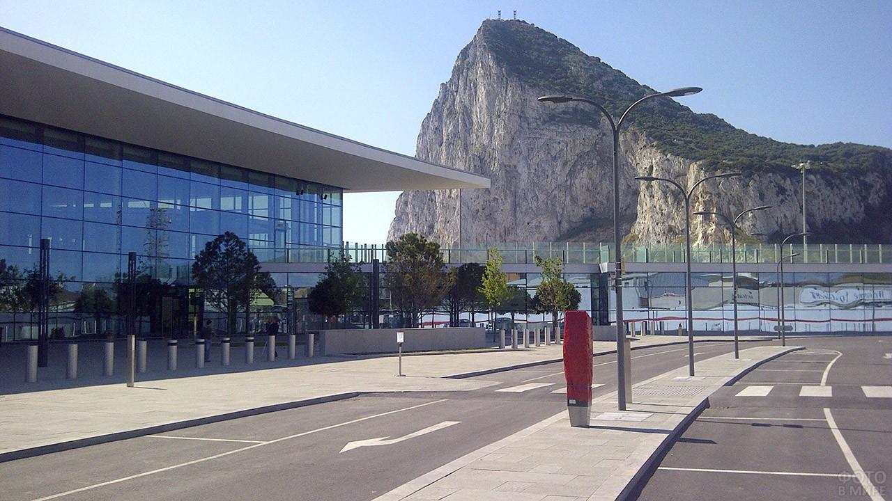 Военный аэропорт у подножия Гибралтарской скалы