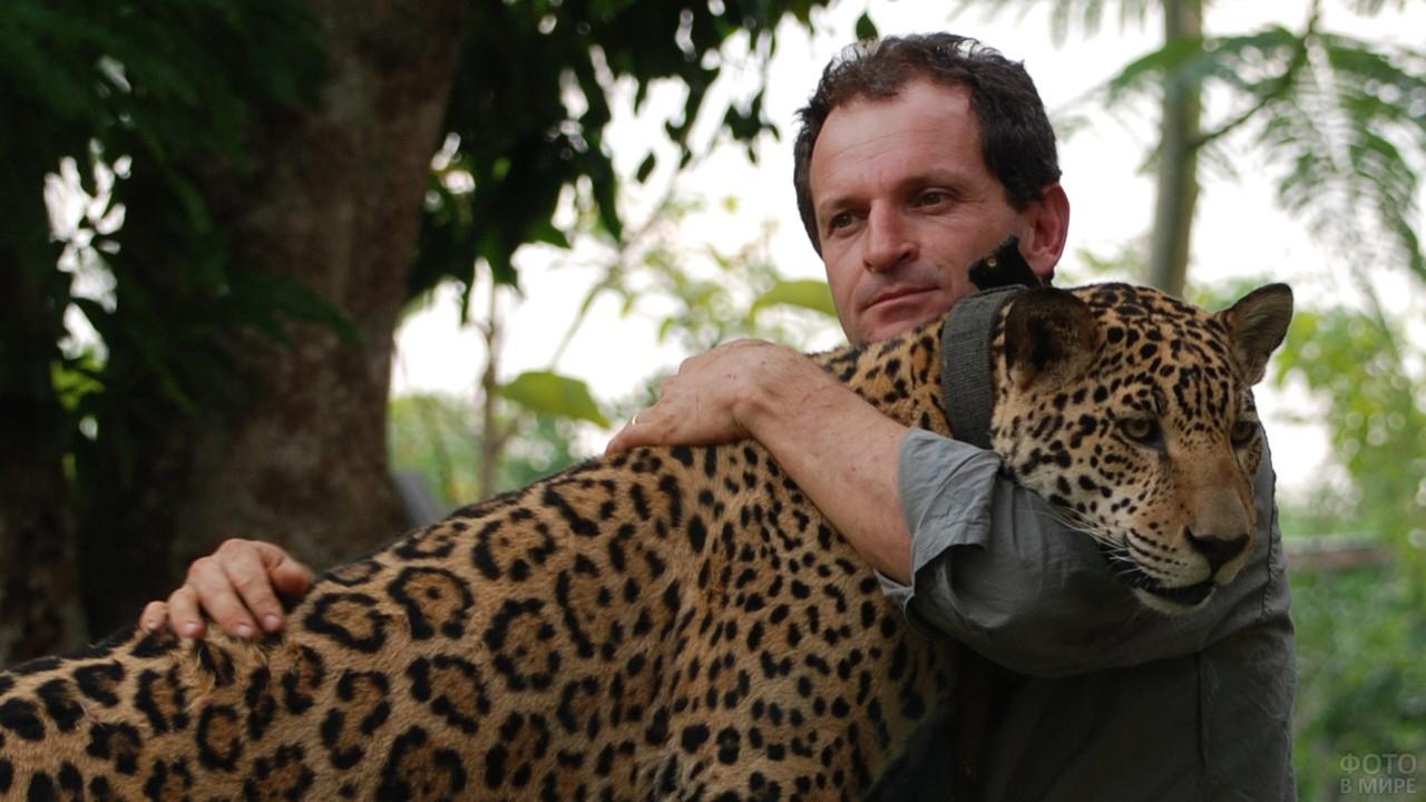 Леопард в объятиях человека