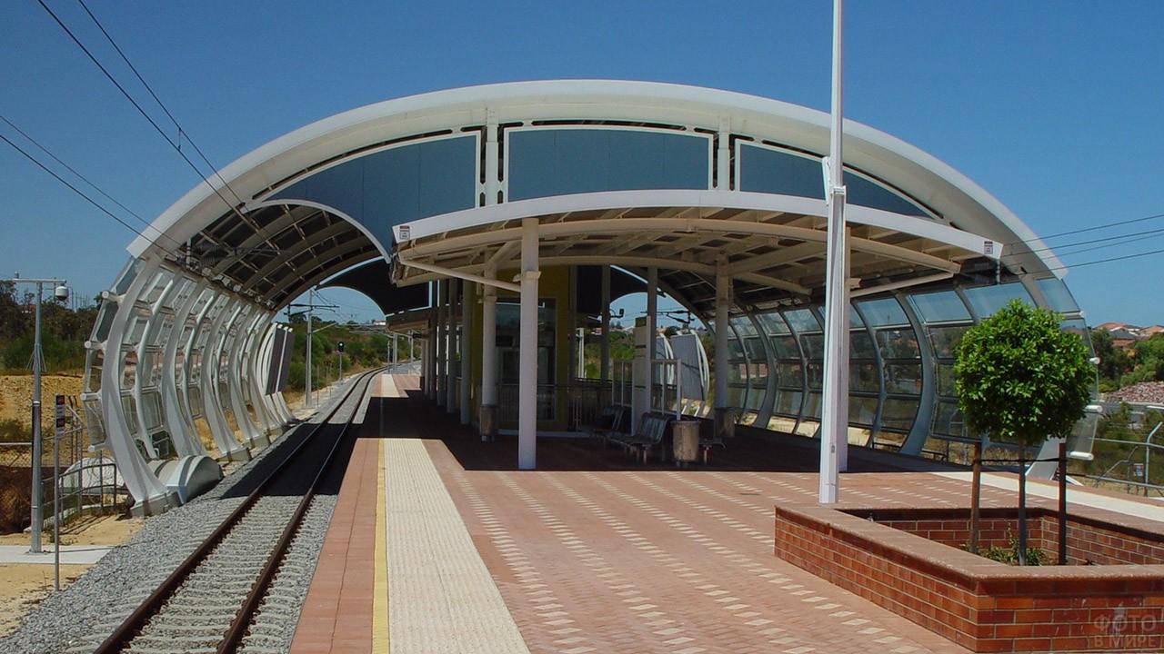 Футуристичная железнодорожная платформа с навесом