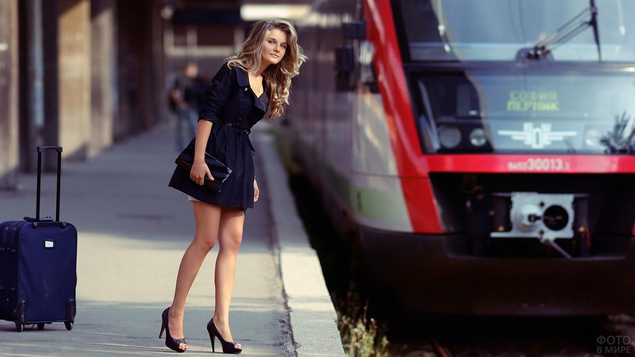 Красивая девушка на платформе у электрички