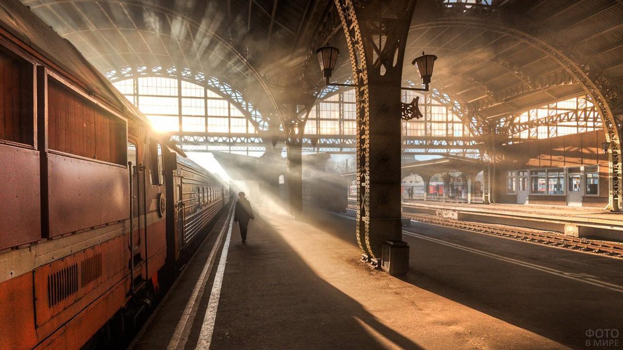 Поезд на платформе в косых лучах солнца