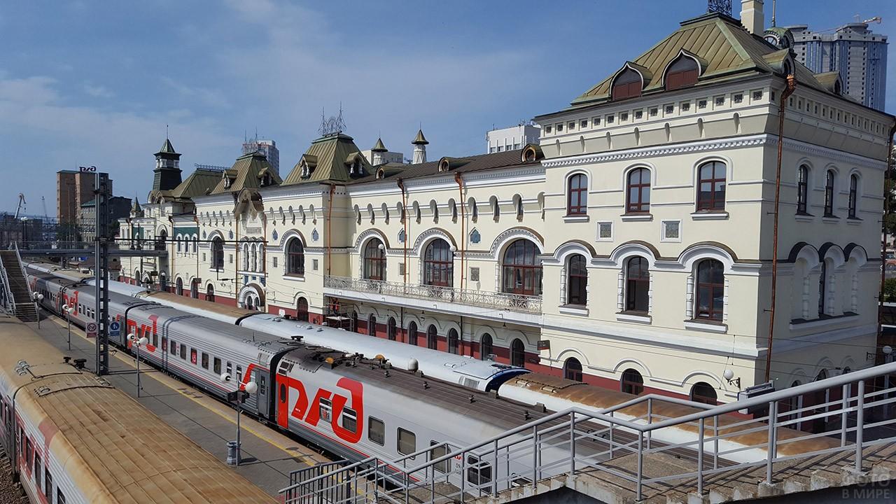 Поезд у старинного здания вокзала