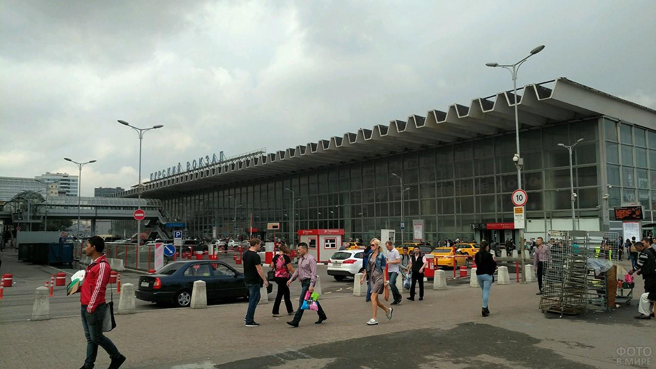 Спешащие люди на площади перед Курским вокзалом в Москве