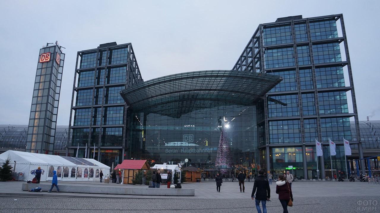 Украшенный к Рождеству Центральный вокзал в Берлине