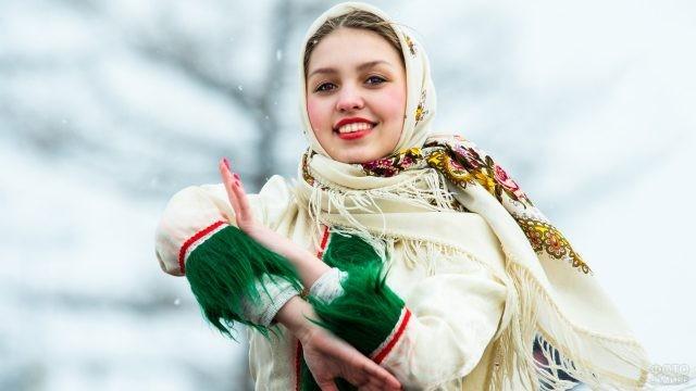 Деревенская девушка танцует в платке на Масленицу