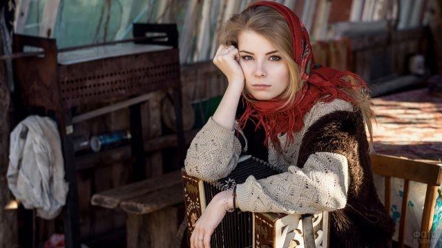 Девушка в красном платке с гармонью