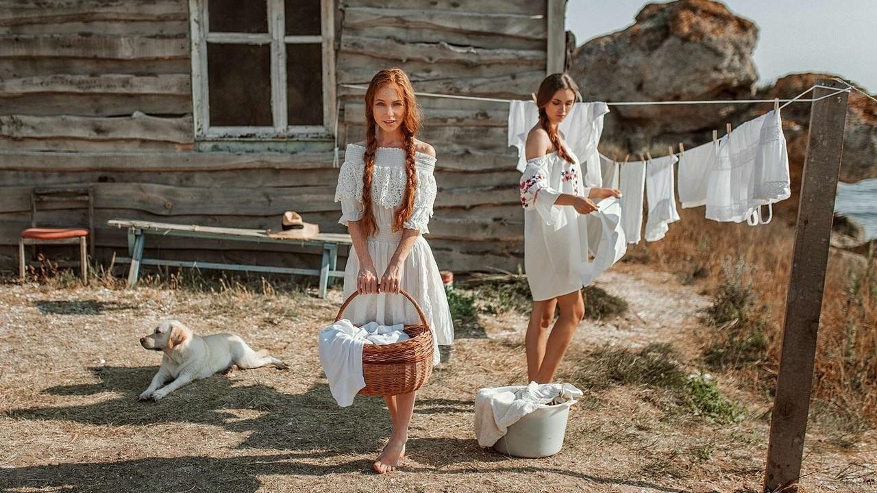Сельские девушки развешивают бельё