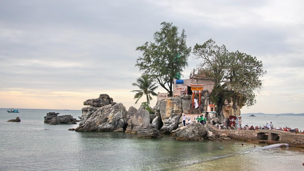 Храм Динь Кау на острове