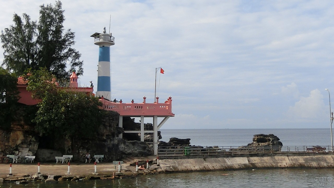 Маяк на острове Фукуок