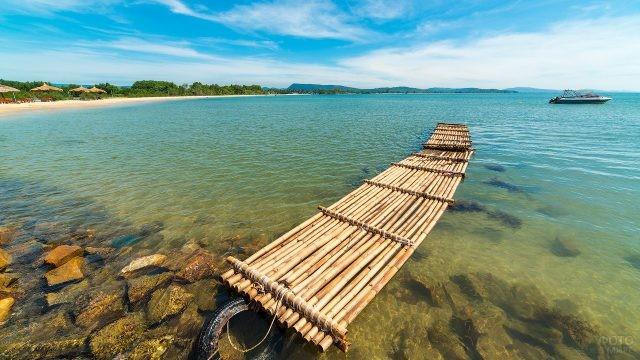 Причал из бамбука на море