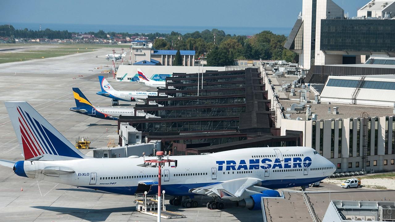 Оживлённый перрон аэропорта Сочи в Адлере