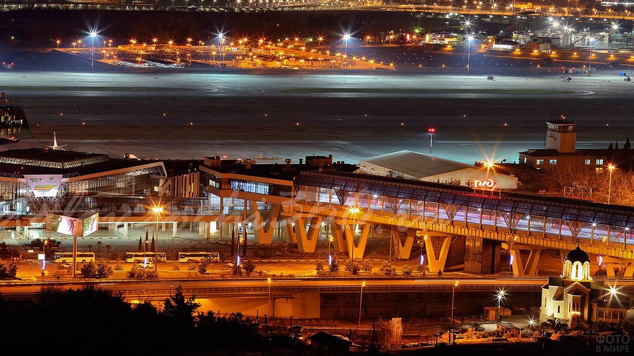 Панорама аэропорта в нарядной иллюминации