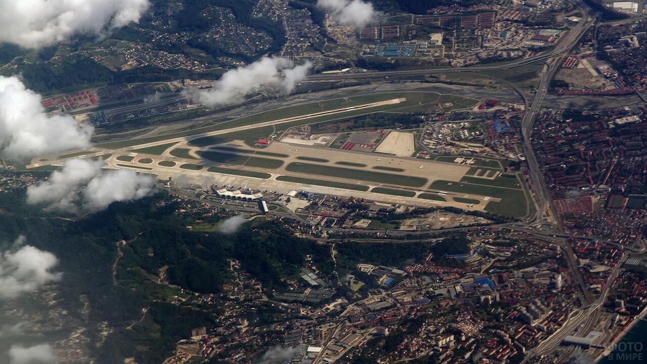 Вид из самолёта на аэропорт в Адлере