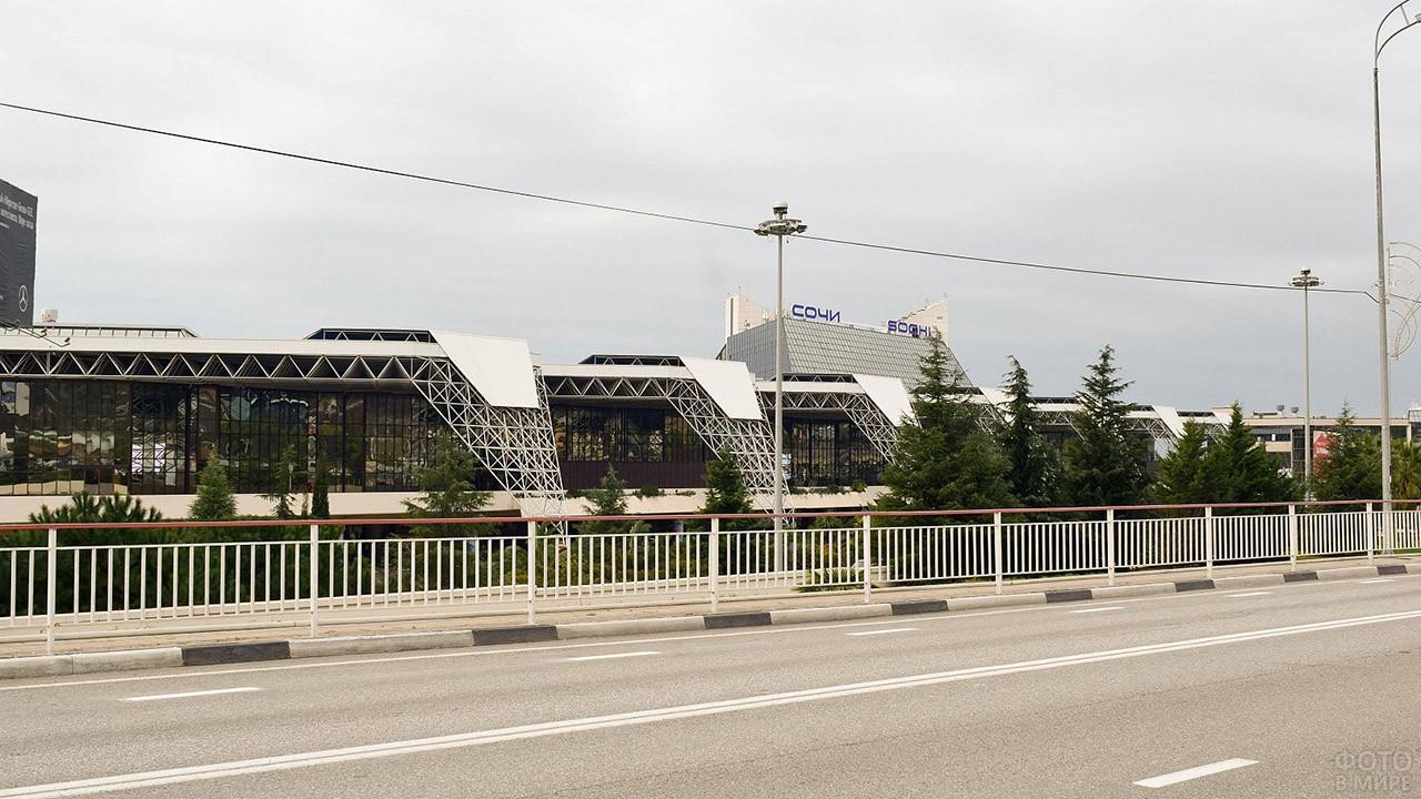 Вид с автодороги на пассажирский терминал