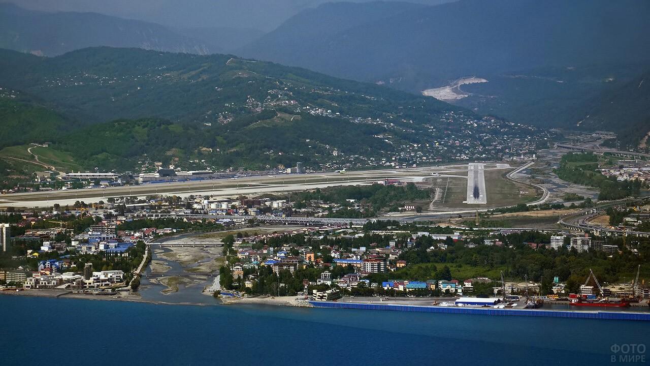 Вид с моря на аэропорт Сочи в Адлере
