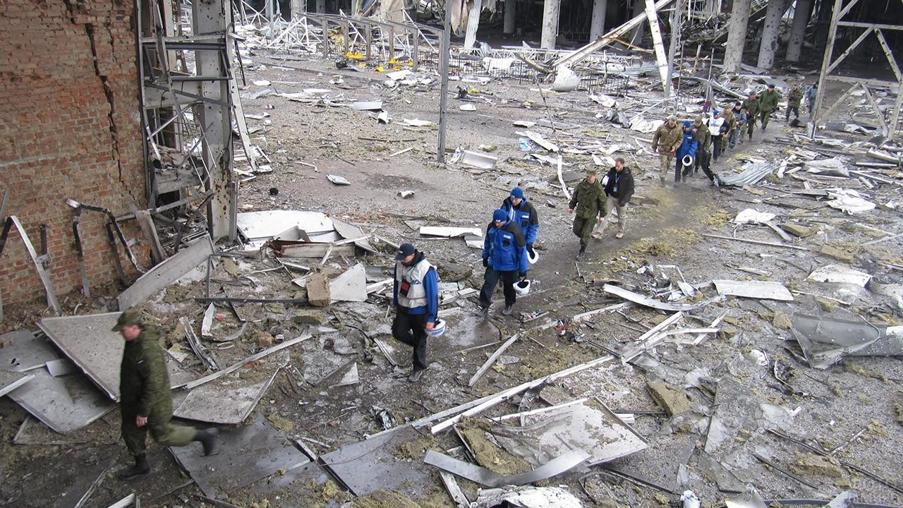 Комиссия ОБСЕ в аэропорту Донбасса после обстрела