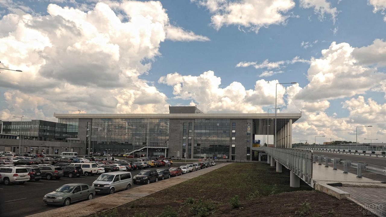 Парковка перед аэровокзалом в 2012 году
