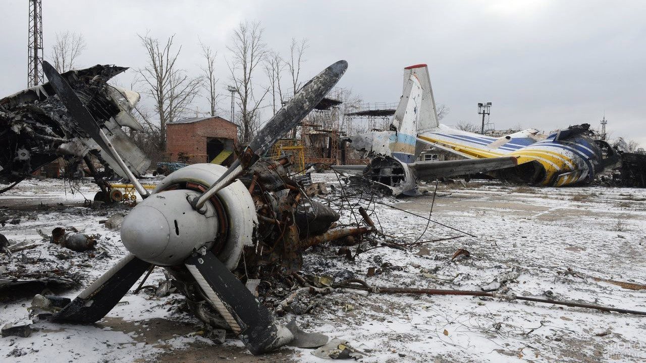 Разрушенные самолёты в аэропорту Донецка