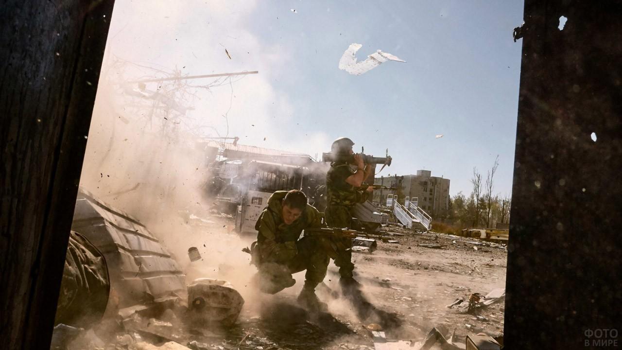 Участники боя за аэропорт под шквальным огнём