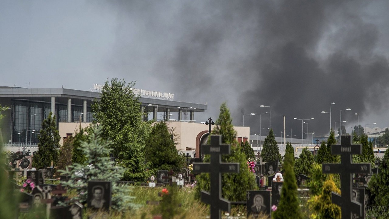 Вид с кладбища на тучи над аэровокзалом