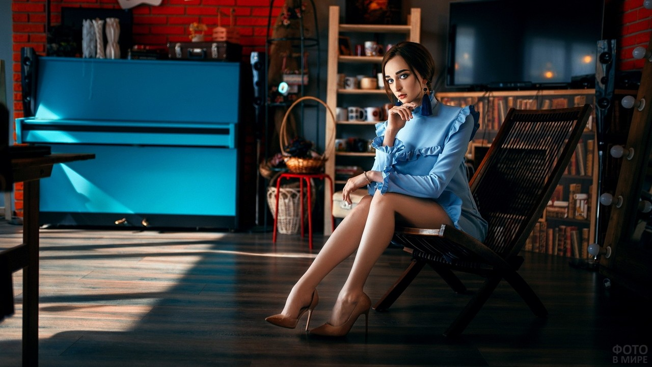 Девушка в кресле в комнате стиля лофт