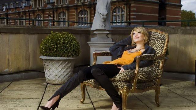 Девушка в леопардовом кресле