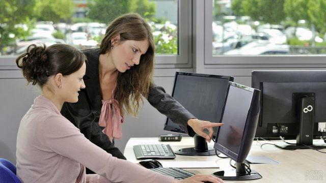 Девушки на работе за компьютером