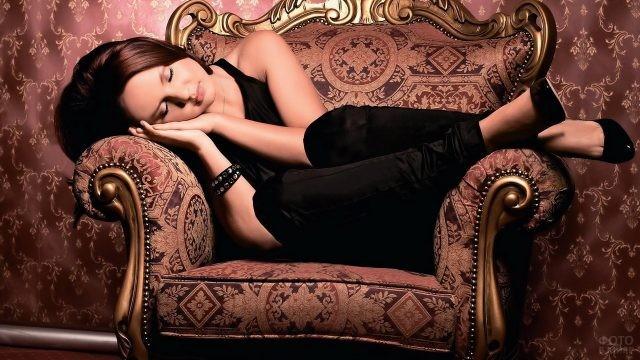 Певица Максим спит в кресле