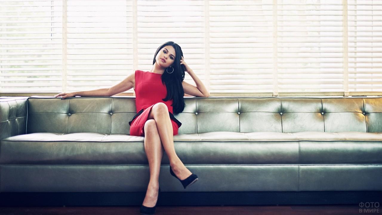 Селена Гомес на длинном диване