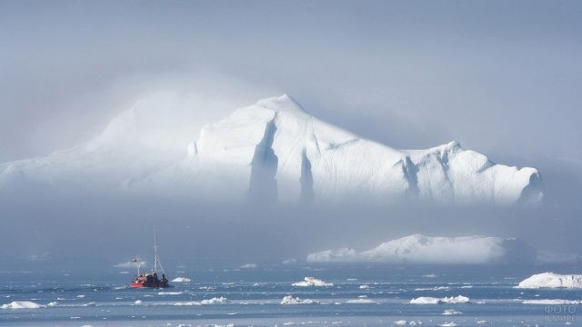 Корабль возле айсберга в тумане