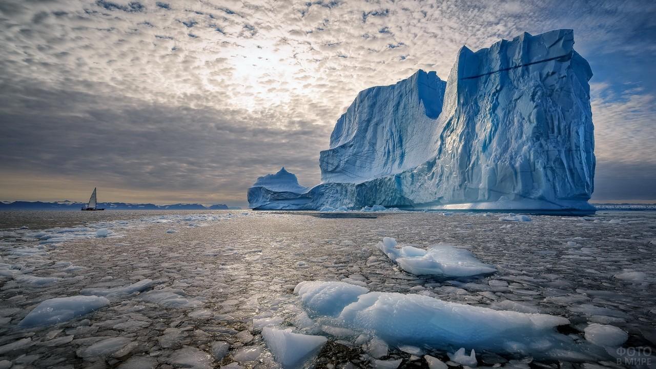Кораблик возле большого айсберга