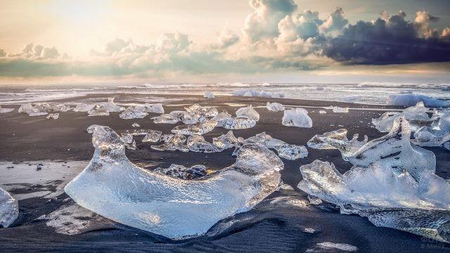 Льдинки на берегу океана
