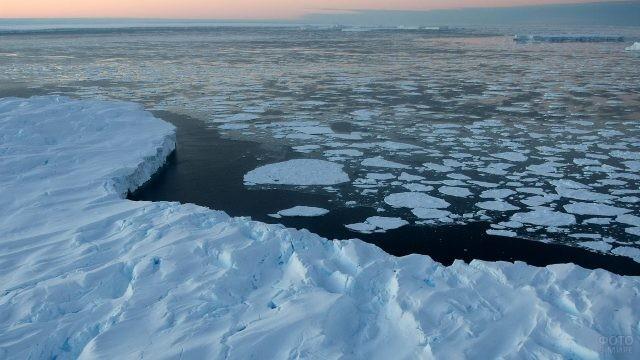 Ледовые торосы на поверхности океана
