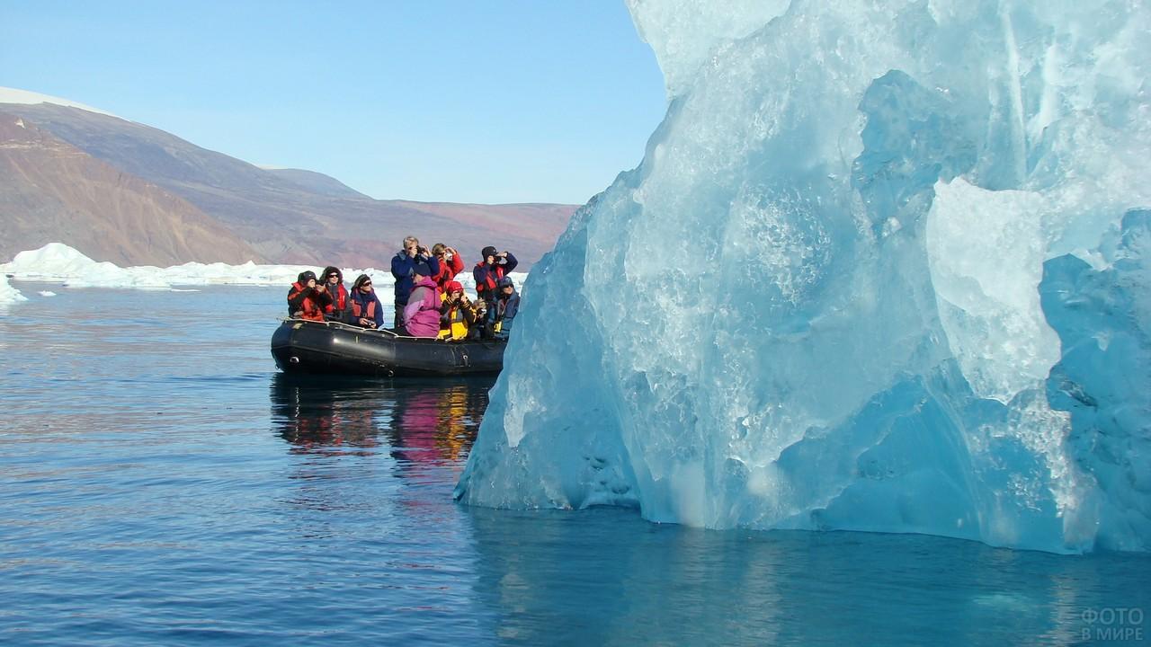 Люди на надувной лодке за льдиной