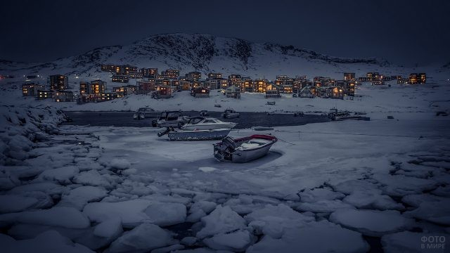 Лодки на льдине у гренландского берега