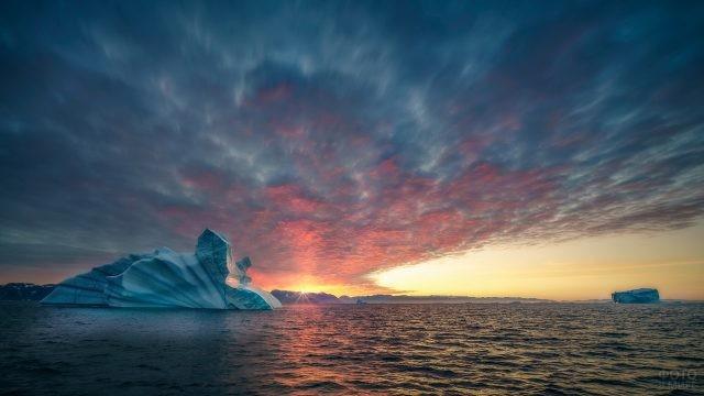 Низкое небо над айсбергом в океане