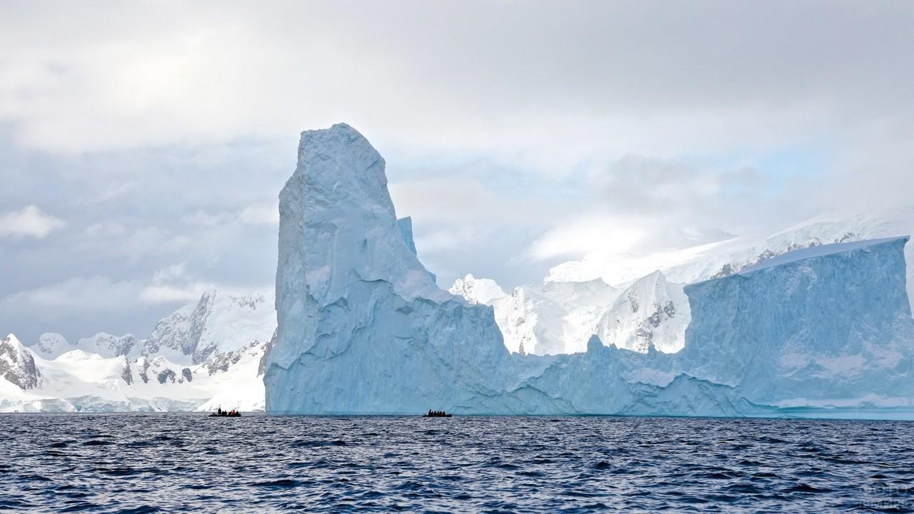 Огромный айсберг у берегов Гренландии